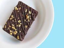 Chocolade brownies op een witte plaat, hoogste mening Achtergrond voor een uitnodigingskaart of een gelukwens Stock Afbeelding
