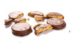 Chocolade buitenkoekjes met gebroken secties over wit stock foto