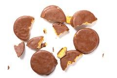 Chocolade buitenkoekjes met gebroken secties over witte achtergrond royalty-vrije stock afbeeldingen