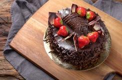 chocolade Cake met aardbeien stock afbeeldingen