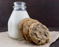 Chocolade Chip Cookies Leaning Against Jar van Melk royalty-vrije stock afbeelding