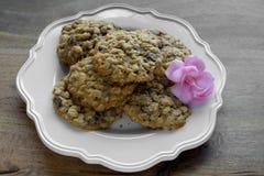 Chocolade Chip Cookies voor moeder op houten lijst stock afbeeldingen