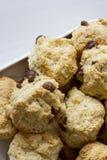 Chocolade Chip Scones op Plaat Stock Foto's