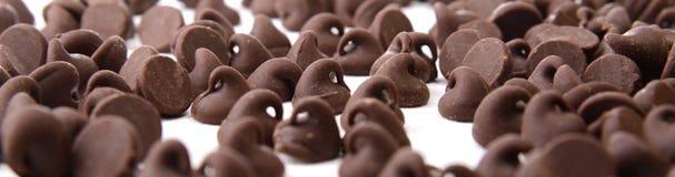 Chocolade Chips Scattered en Geïsoleerd op Wit Royalty-vrije Stock Fotografie