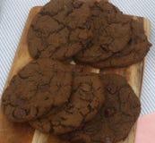 Chocolade, chocoladeschilferkoekjes op broodplank stock afbeelding