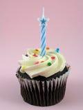 Chocolade cupcake met verjaardagskaars Stock Afbeeldingen