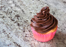 Chocolade cupcake op keukenteller Royalty-vrije Stock Foto