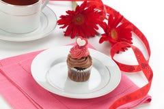 Chocolade Cupcake voor de Dag van de Valentijnskaart Stock Afbeelding