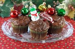 Chocolade Cupcakes die voor Kerstmis wordt verfraaid Royalty-vrije Stock Afbeeldingen
