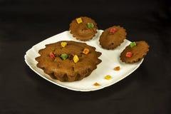 Chocolade cupcakes in een witte plaat op een donkere achtergrond Royalty-vrije Stock Foto