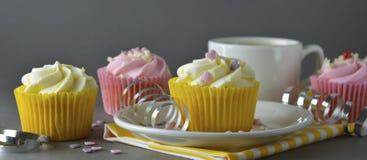 Chocolade cupcakes en koffie, ontbijt met kleurrijke cupcakes Grijze achtergrond Zoet dessert Banner, tempalte voor sociaal royalty-vrije stock fotografie