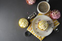 Chocolade cupcakes en koffie, ontbijt met kleurrijke cupcakes Grijze achtergrond Zoet dessert De ruimte van het exemplaar royalty-vrije stock foto