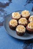Chocolade cupcakes met karamelcrea royalty-vrije stock afbeelding