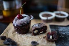 Chocolade cupcakes met kersenjam Royalty-vrije Stock Fotografie