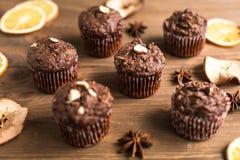 Chocolade cupcakes met oranje spaanders Stock Foto