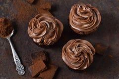 Chocolade cupcakes met pindadeeg Stock Afbeeldingen