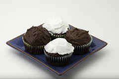 Chocolade cupcakes met suikerglazuur Stock Afbeelding