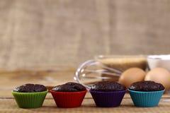 Chocolade cupcakes op een rij Stock Afbeelding