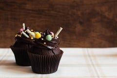 Chocolade cupcakes op rustieke houten achtergrond Royalty-vrije Stock Foto