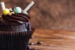 Chocolade cupcakes op rustieke houten achtergrond Royalty-vrije Stock Afbeelding