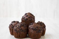 Chocolade cupcakes op witte houten achtergrond, zijaanzicht Royalty-vrije Stock Afbeelding