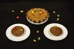 Chocolade cupcakes op witte ronde schotels op een donkere oppervlakte Royalty-vrije Stock Foto