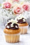 Chocolade cupcakes voor huwelijksontvangst Stock Foto's