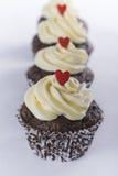 Chocolade cupcakes voor Valentijnskaartendag die wordt gevoerd Royalty-vrije Stock Afbeelding