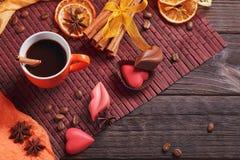 Chocolade in de vorm van hart en lippen, oranje kop van zwart c Stock Foto
