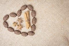 Chocolade in de vorm van hart op jute wordt opgemaakt die Royalty-vrije Stock Foto