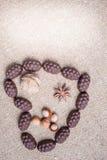 Chocolade in de vorm van hart op jute wordt opgemaakt die Stock Fotografie
