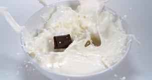 Chocolade die in een Melkkom vallen, stock videobeelden