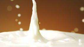Chocolade die in melk valt stock video