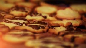 Chocolade die op Kerstmiskoekjes motregent stock videobeelden