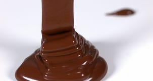 Chocolade die op Witte Achtergrond stromen, stock video