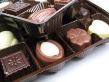 Chocolade in dienbladen stock afbeeldingen