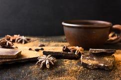 Chocolade, dikbuikige koffiebonen, Kruiden, cacao op een achtergrond van het grungethema Mystiek licht stock afbeelding