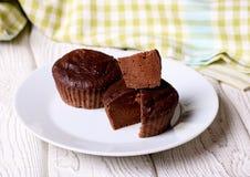 Chocolade donkere gekookte muffin op een witte plaat Stock Foto