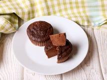 Chocolade donkere gekookte muffin op een witte plaat Royalty-vrije Stock Foto's