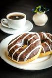 Chocolade donuts met een kop van koffie Stock Afbeeldingen