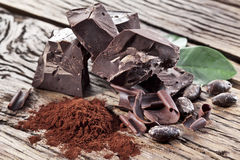 Chocolade en cacaoboon over lijst Stock Afbeeldingen