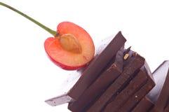 Chocolade en fruit op geïsoleerdi royalty-vrije stock afbeelding