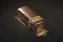 Chocolade en karameldessert op een zwarte achtergrond Stock Foto