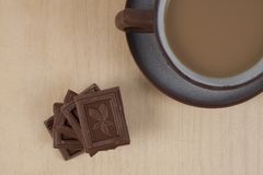 Chocolade en kop van koffieespresso op houten achtergrond Royalty-vrije Stock Foto