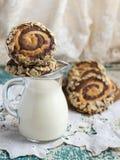 Chocolade en marsepeinkoekjes met melk stock foto