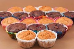 Chocolade en vanillemuffins Stock Foto
