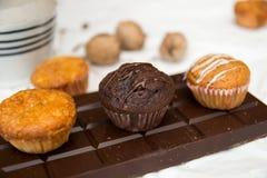 Chocolade en Vanillemuffins op een reep chocolade Royalty-vrije Stock Foto's