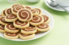 Chocolade en Vanillevuurradkoekjes met Thee Stock Foto's