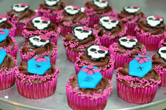 Chocolade Halloween Cupcakes met Schedels Stock Foto's