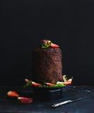 Chocolade hoge cake met donkere aardbei, Royalty-vrije Stock Fotografie